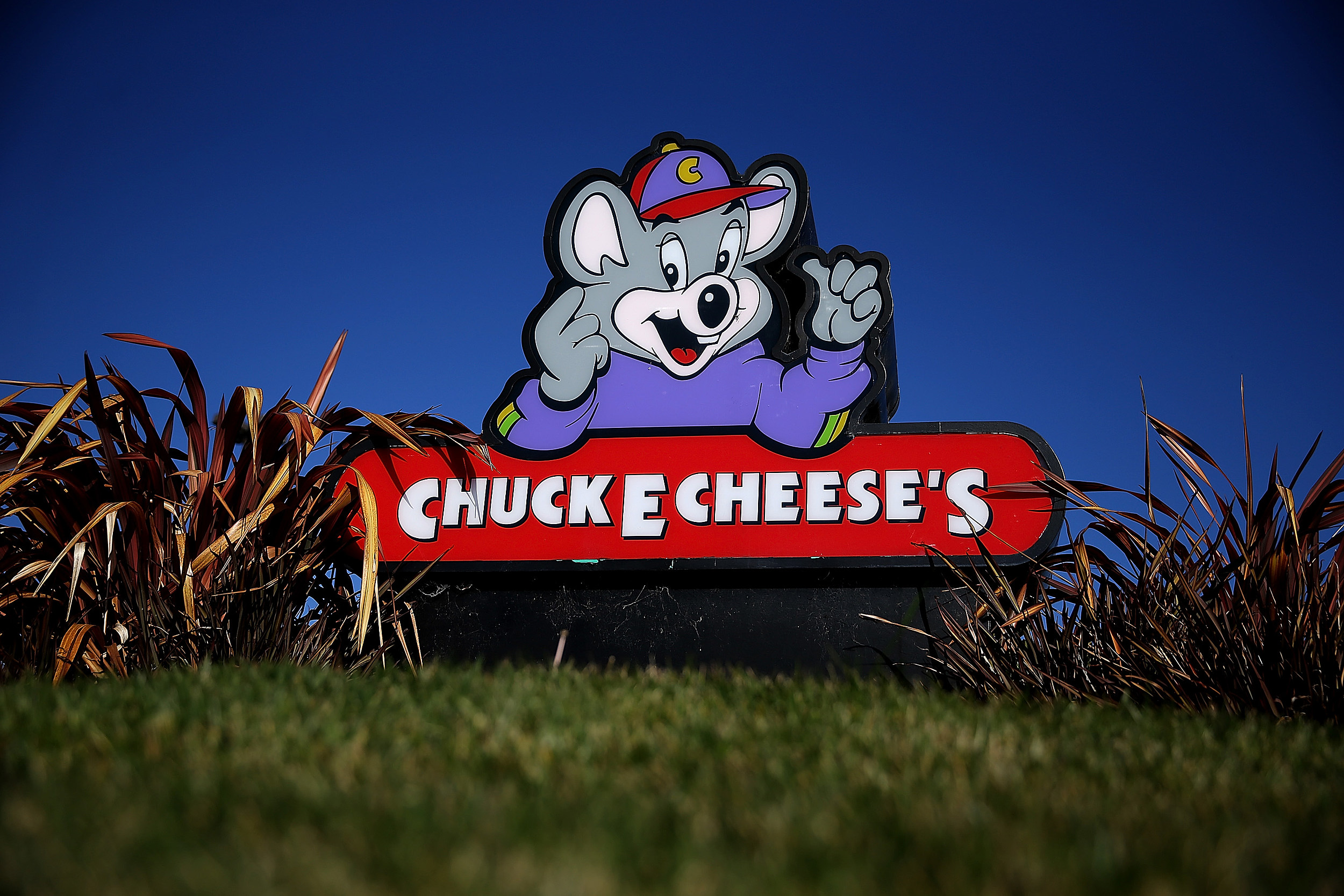 ridiculous adults all out brawl in front of kids chucky cheese