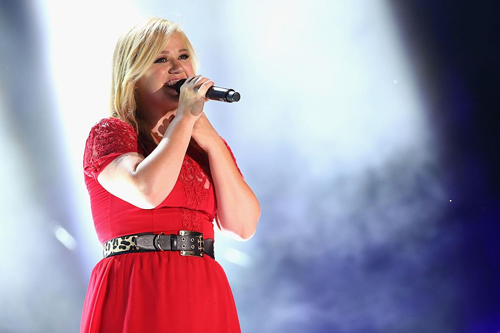Kelly Clarkson Spreads Cheer With \'Underneath the Tree\' on \'The Voice\'