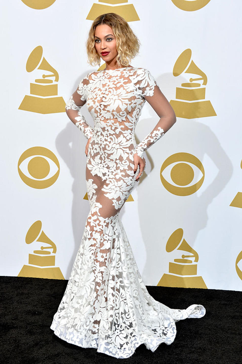 Beyonce Wows In White Lace Dress On The 2017 Grammys Red Carpet Photos