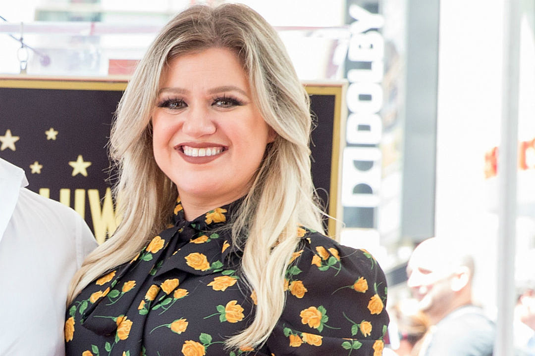 Kelly Clarkson Expertly Shades iHeartRadio With Savage Tweet