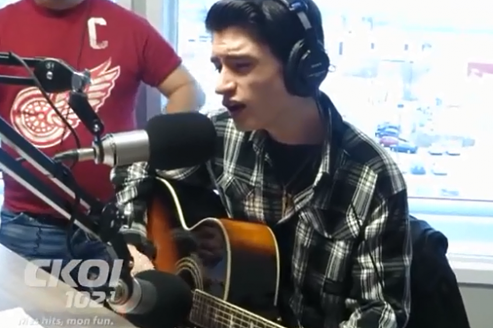 Watch a 16-Year Old\'s Amazing Elvis Presley \'Blue Christmas\' Cover