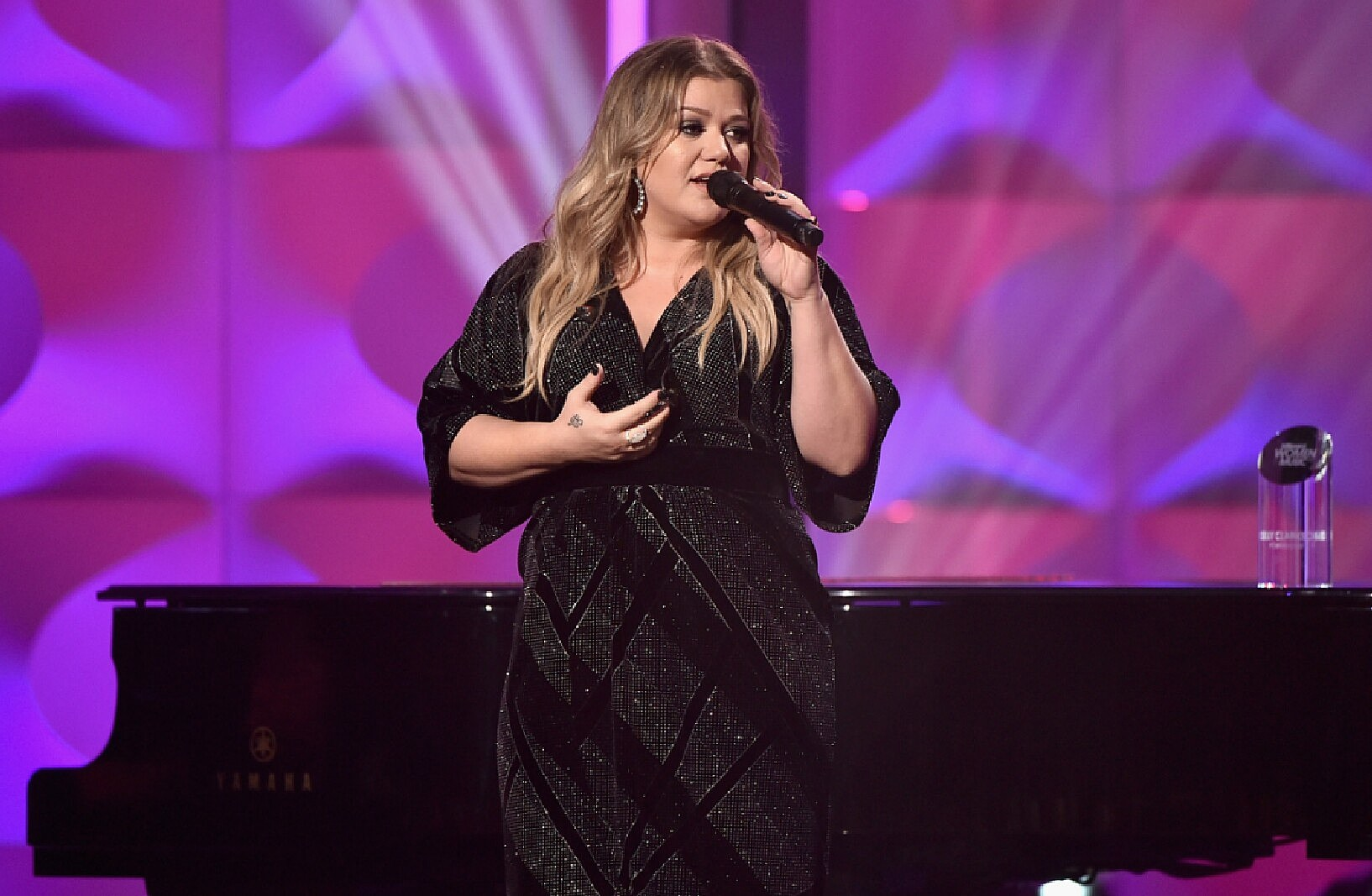 See the Kelly Clarkson Live Performance from The Voice Stage
