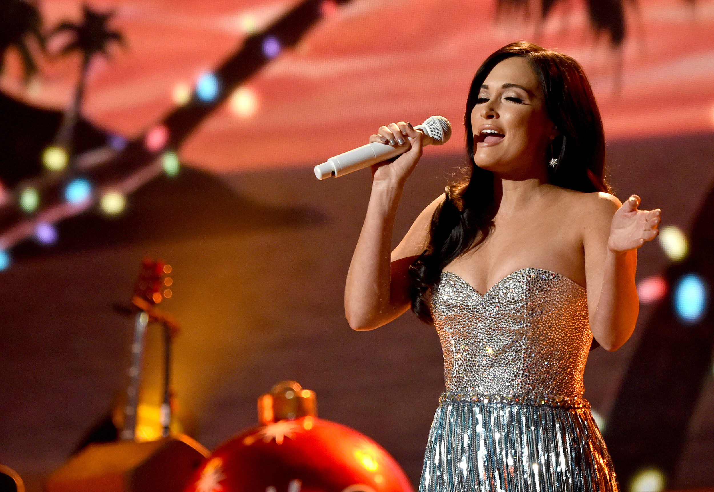 Musgraves Gets Tropical, Tearful at \'CMA Country Christmas\'