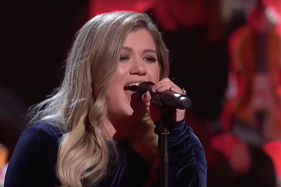 Kelly Clarkson Performs Anthem Before Nashville NHL Playoffs Game