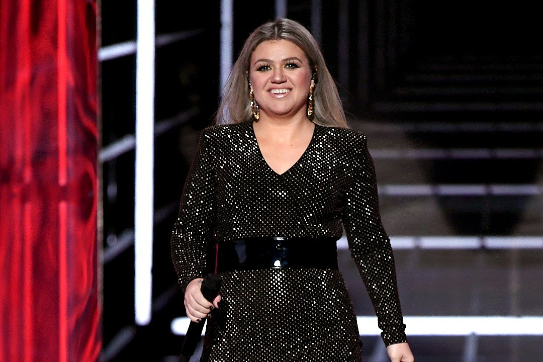Kelly Clarkson Opens 2018 BBMAs With Call to Action