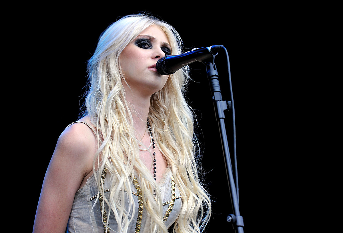 Taylor Momsen Shares A Controversial Suicidal Photo And