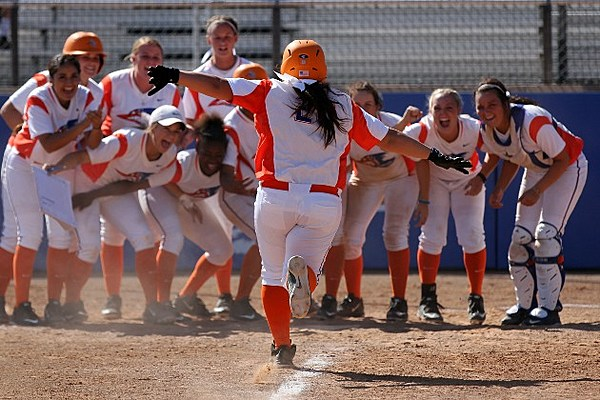 Lady Roadrunners Sweep Paris, Set Program Home Run Record