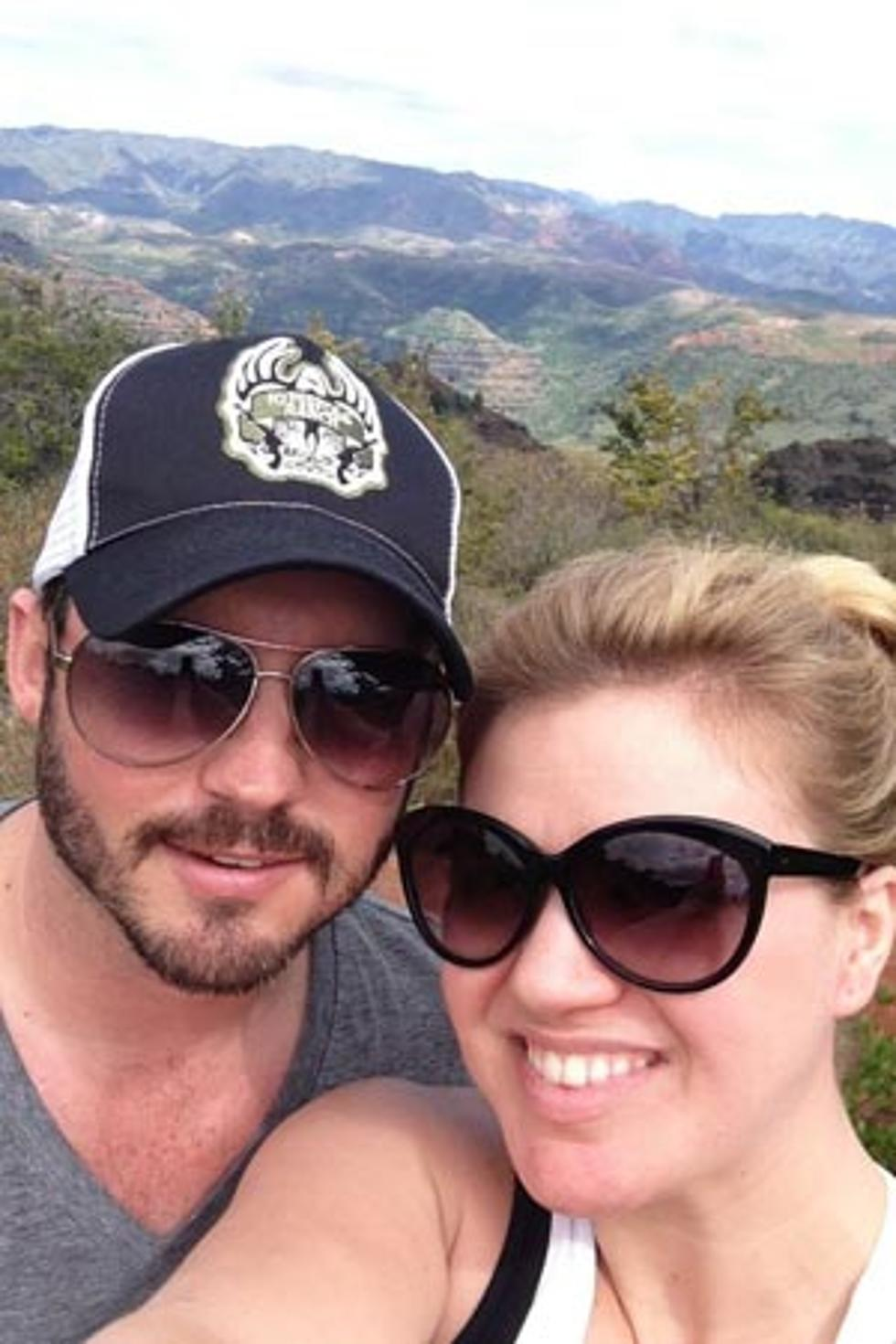 Kelly Clarkson Shares Romantic Vacation Photo With Fiance