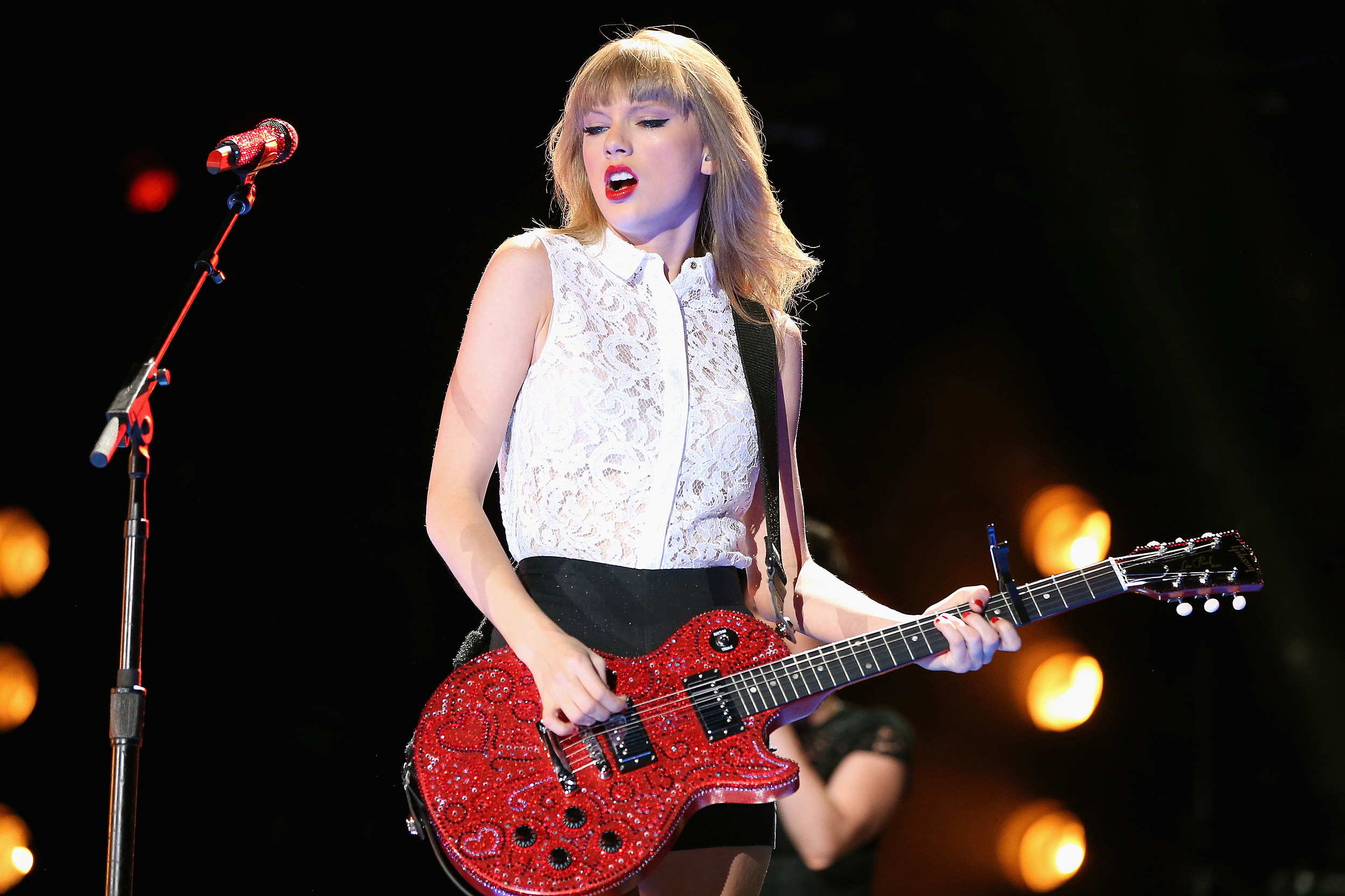 Taylor Swift Donates Signed Guitar To Benefit Rhode Island