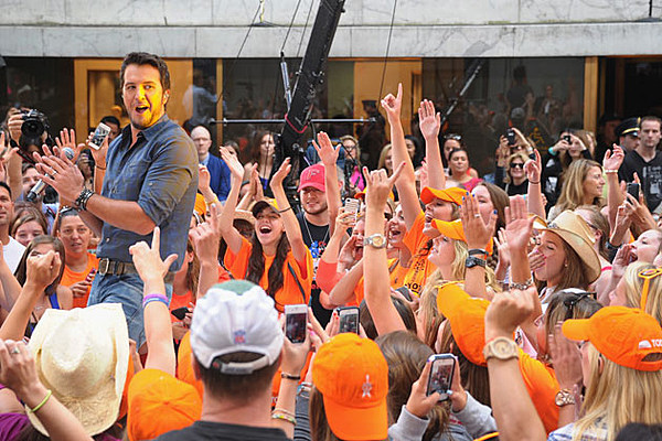 luke bryan gifs country boy shows off his best booty
