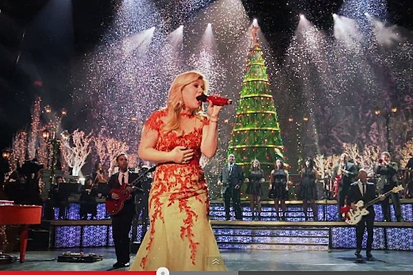 Kelly Clarkson's 'Underneath The Tree' Video Gives Behind