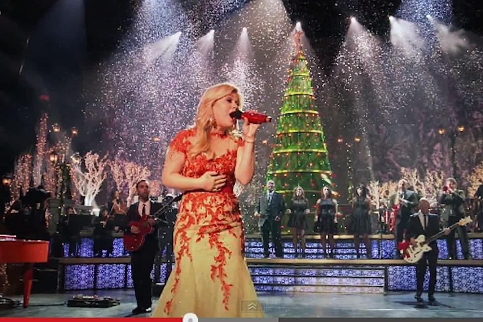 Kelly Clarkson Christmas Eve.Kelly Clarkson S Underneath The Tree Video Gives Behind The Scenes