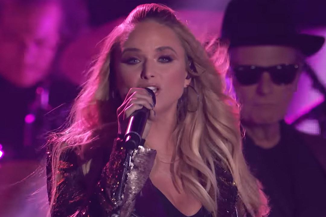 f4d914c3b7 Miranda Lambert Brings  Pink Sunglasses  to the CMT Awards