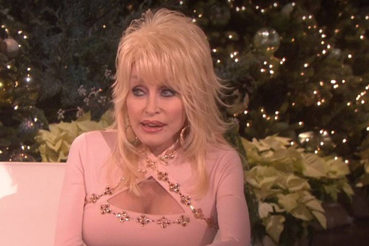 Dolly Parton Christmas.Dolly Parton Has A Christmas Tree In Every Room Of Her House