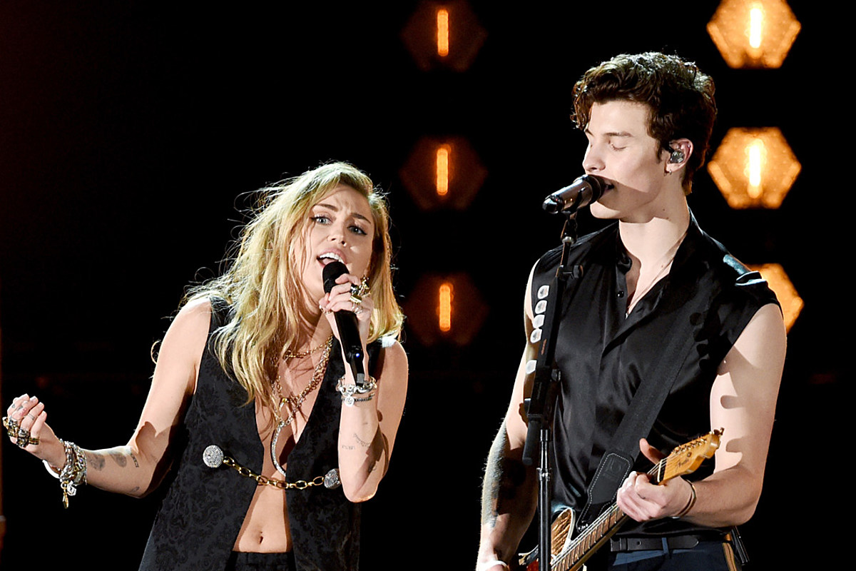 Miley Cyrus Joins Shawn Mendes For In My Blood On Grammys
