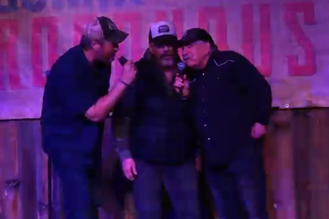 Blake Shelton Joined by Bellamy Brothers to Karaoke Their Classic