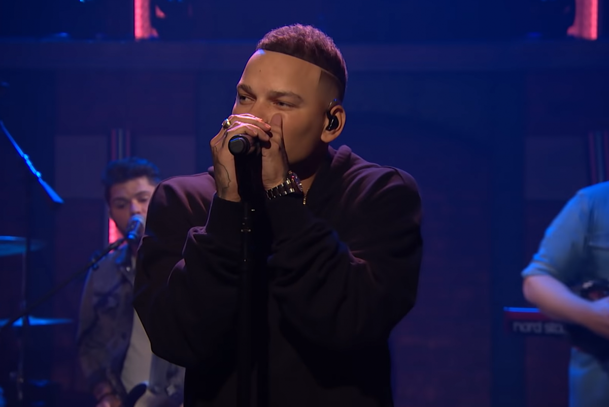 Kane Brown Brings Short Skirt Weather To Seth Meyers