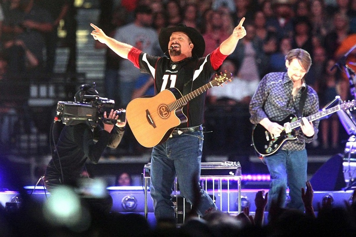 Garth Brooks Announces Two 'Dive Bar' Tour Stops in One Night! - Taste of Country