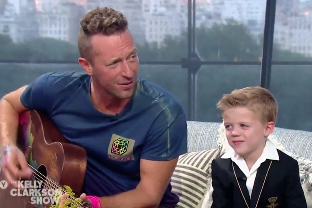 Kelly Clarkson's Son Adorably Interrupts Chris Martin ... to Pee!