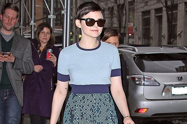 ginnifer goodwin shows off baby bump in airport photo
