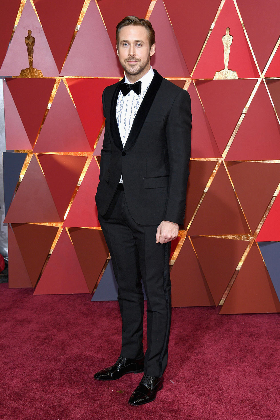 499e0a21949 Ryan Gosling Smolders in a Classic Tux at the 2017 Oscars