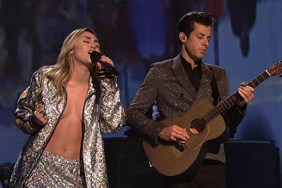 Miley Cyrus Sings Happy Christmas On Snl 2020 Miley Cyrus and Mark Ronson Perform on 'SNL'