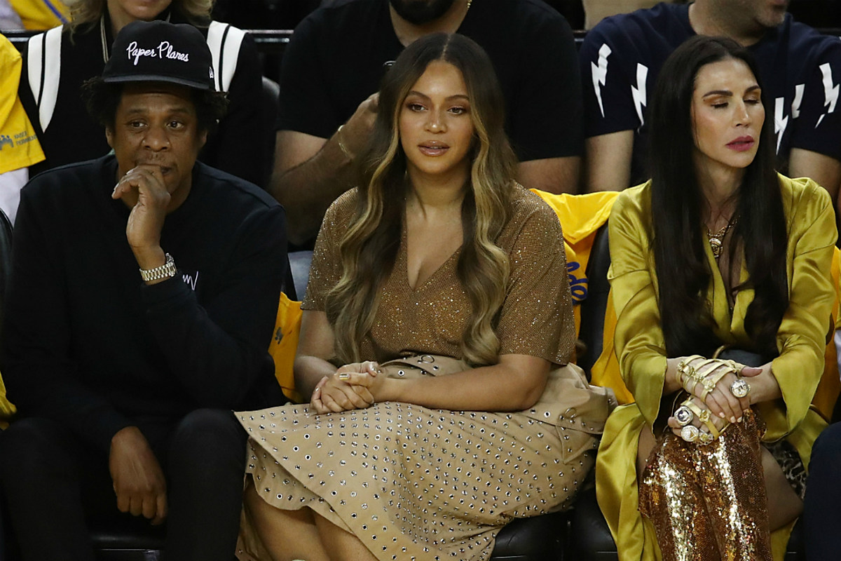 Beyonce Gives Woman Dirty Look And Nudge For Talking To