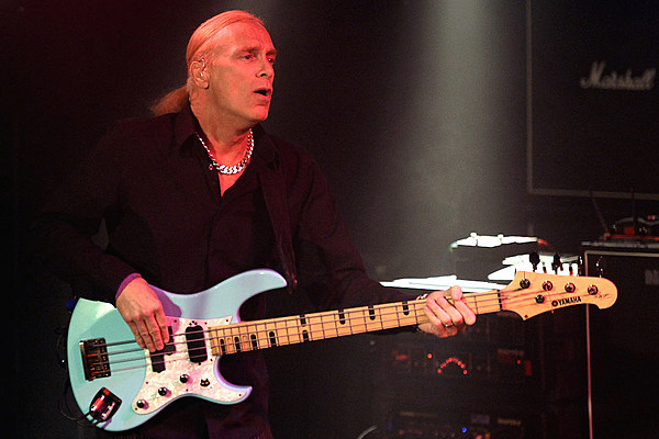 billy sheehan says 39 panic ensued 39 when david lee roth joined 39 eat 39 em and smile 39 band reunion. Black Bedroom Furniture Sets. Home Design Ideas