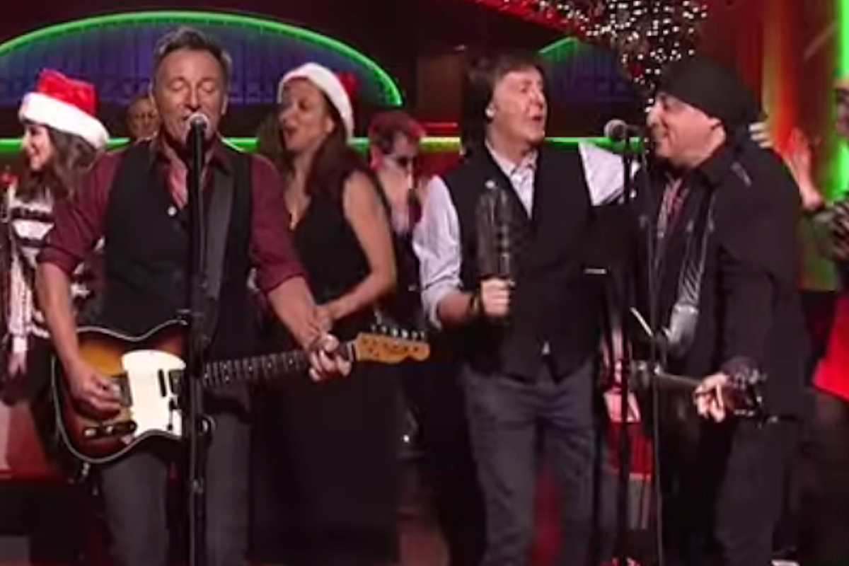 watch paul mccartney join bruce springsteen on 39 saturday night live 39. Black Bedroom Furniture Sets. Home Design Ideas