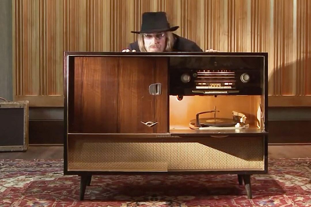 How Tom Petty Mourned Vinyl on 'Full Moon Fever' Bonus Track
