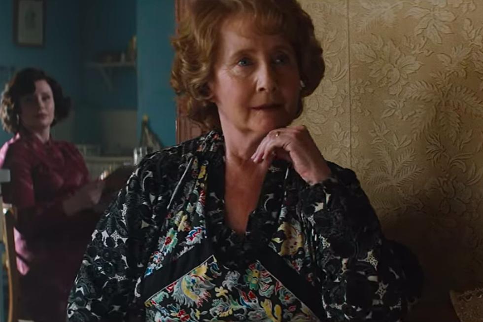 Кадр из фильма Rocketman, бабушка слушает первые аккорды песни Your Song