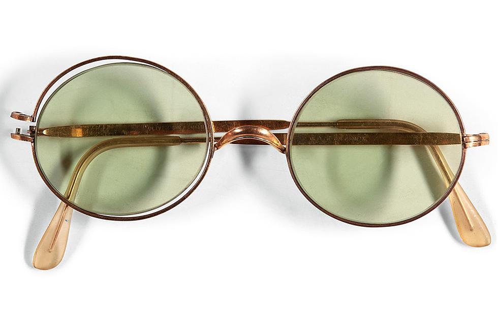 The Beatles Polska: Przeciwsłoneczne okulary Lennona sprzedane za krocie na aukcji