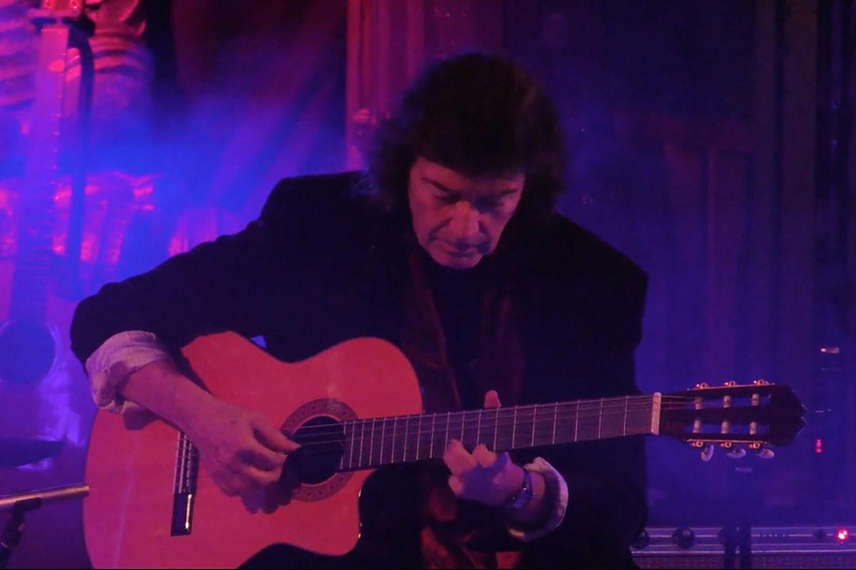 Посмотрите, как Стив Хакетт исполняет новую акустическую песню Casa del Fauno