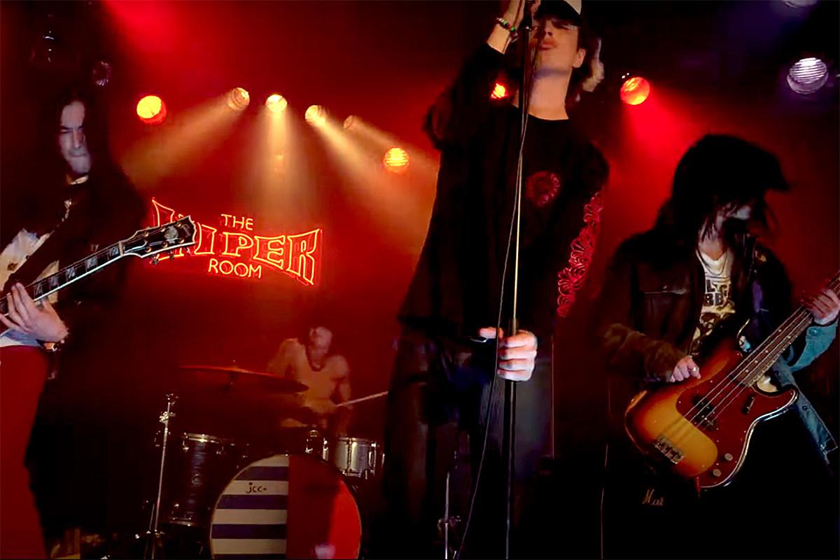 Смотрите видео Guns N 'Roses, Metallica и STP Sons' All Black '