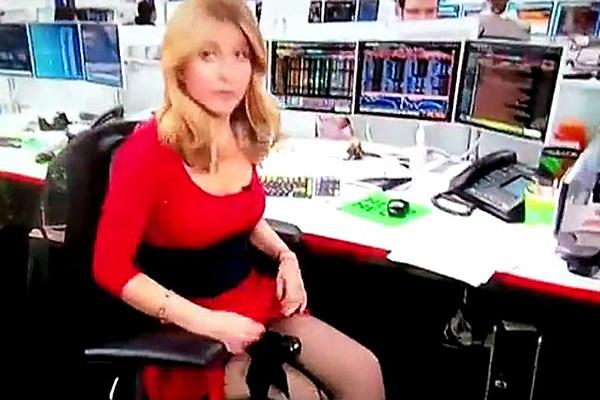 Bloomberg Reporter Sara Eisen Caught in Awkward Upskirt