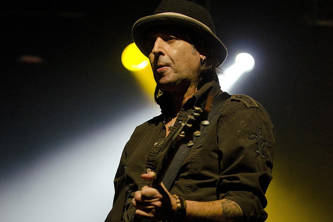 Motorhead's Phil Campbell Jams Guitar Licks for New Album
