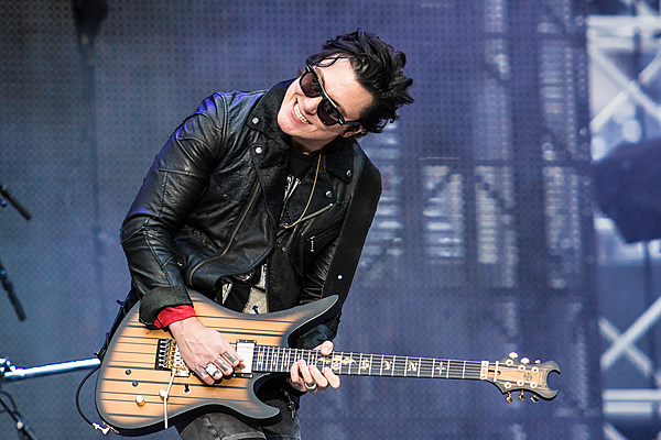 synyster gates introduces synyster gates online guitar school. Black Bedroom Furniture Sets. Home Design Ideas