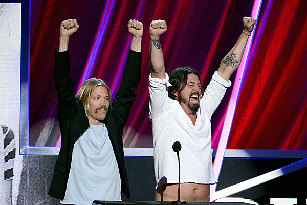 taylor hawkins takes lead vocal in new foo fighters song 39 sunday rain 39. Black Bedroom Furniture Sets. Home Design Ideas