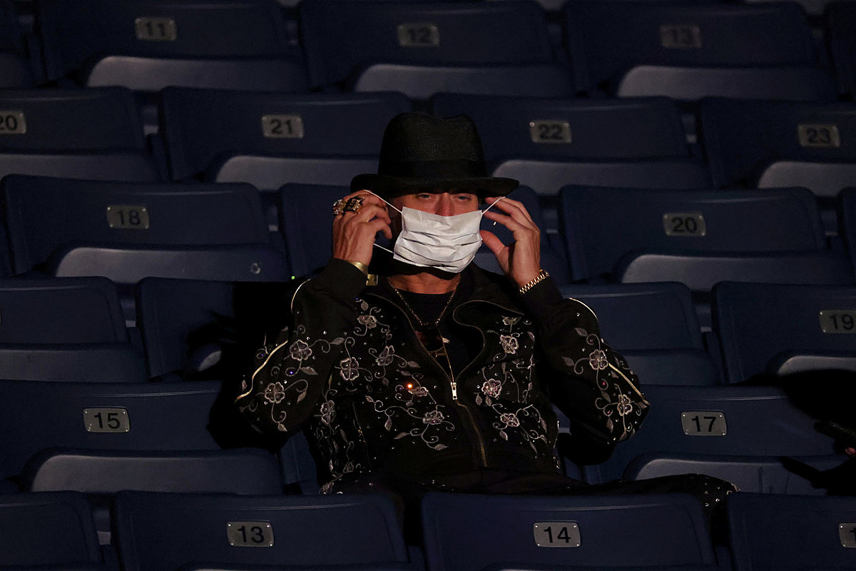 Kid Rock Kid Rock Had to Be Told to Wear a Mask at Presidential Debate