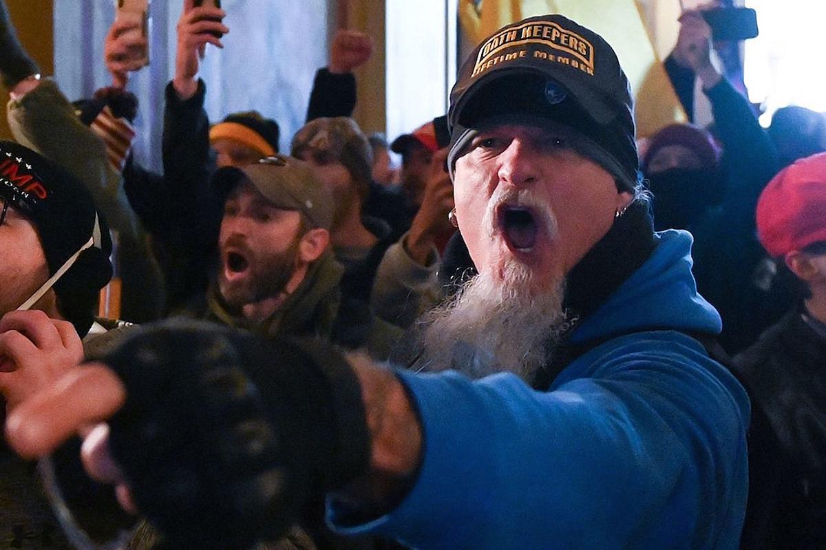 Отчет: Ополченец группы Iced Earth Джон Шаффер в шляпе запланированного штурма Капитолия