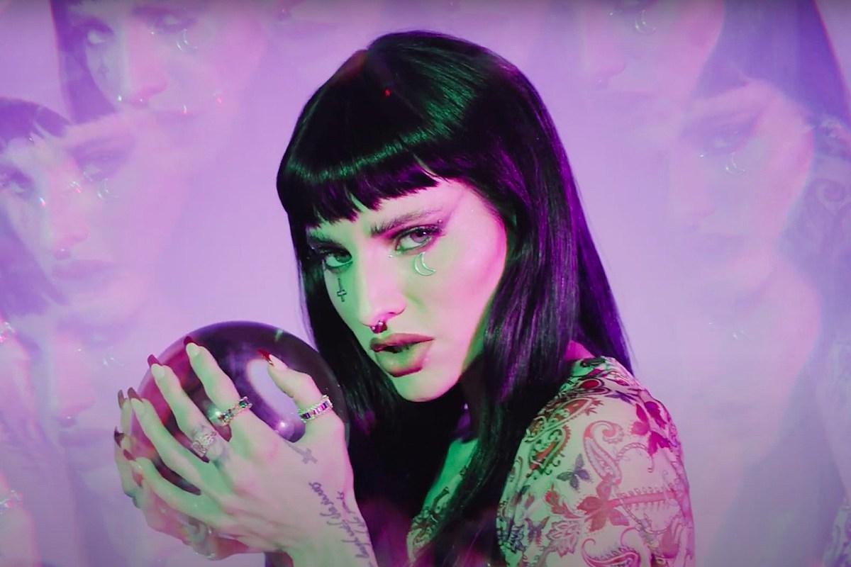 Певица Reborn в роли Lilith Czar с доминирующим синглом King