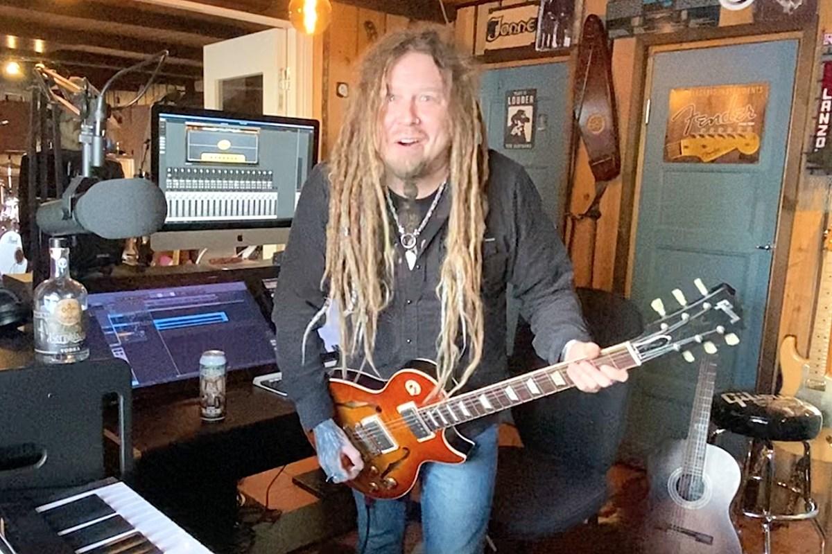 Джонне Джарвела из Korpiklaani играет свои любимые гитарные рифы