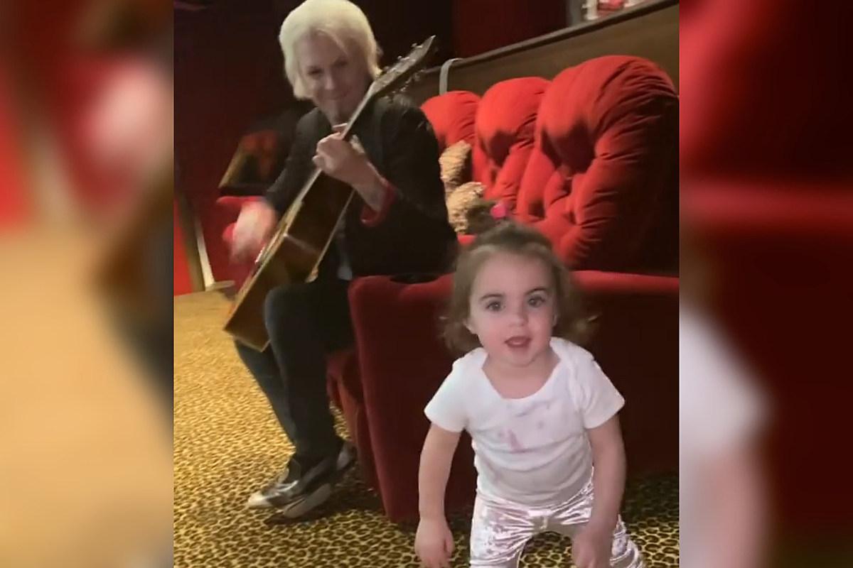 Смотрите: Джон 5 играет на гитаре, Дочь Никки Сикс не может перестать танцевать