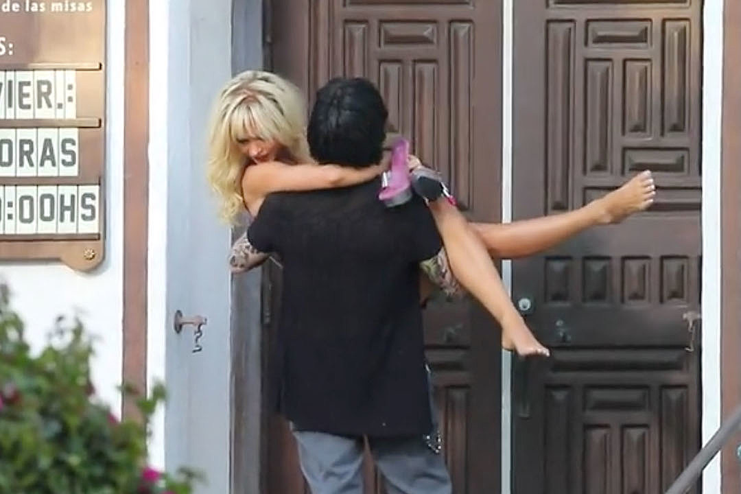 'Pam and Tommy' Recreates Tommy Lee's Wedding to Pamela Anderson
