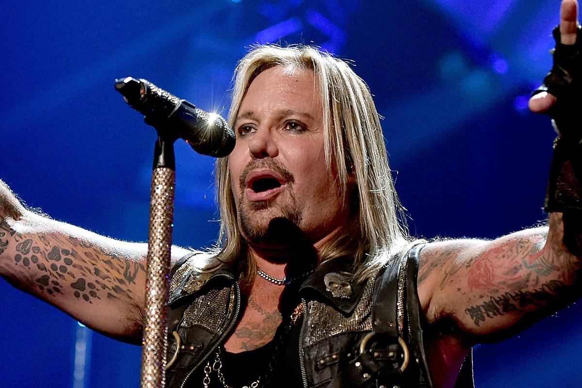 Vince Neil, do Motley Crue, quebra costelas após queda no palco