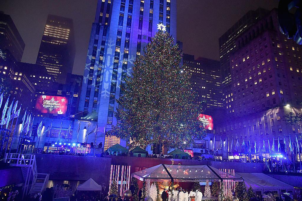 New York City S Rockefeller Center Christmas Tree Goes Up