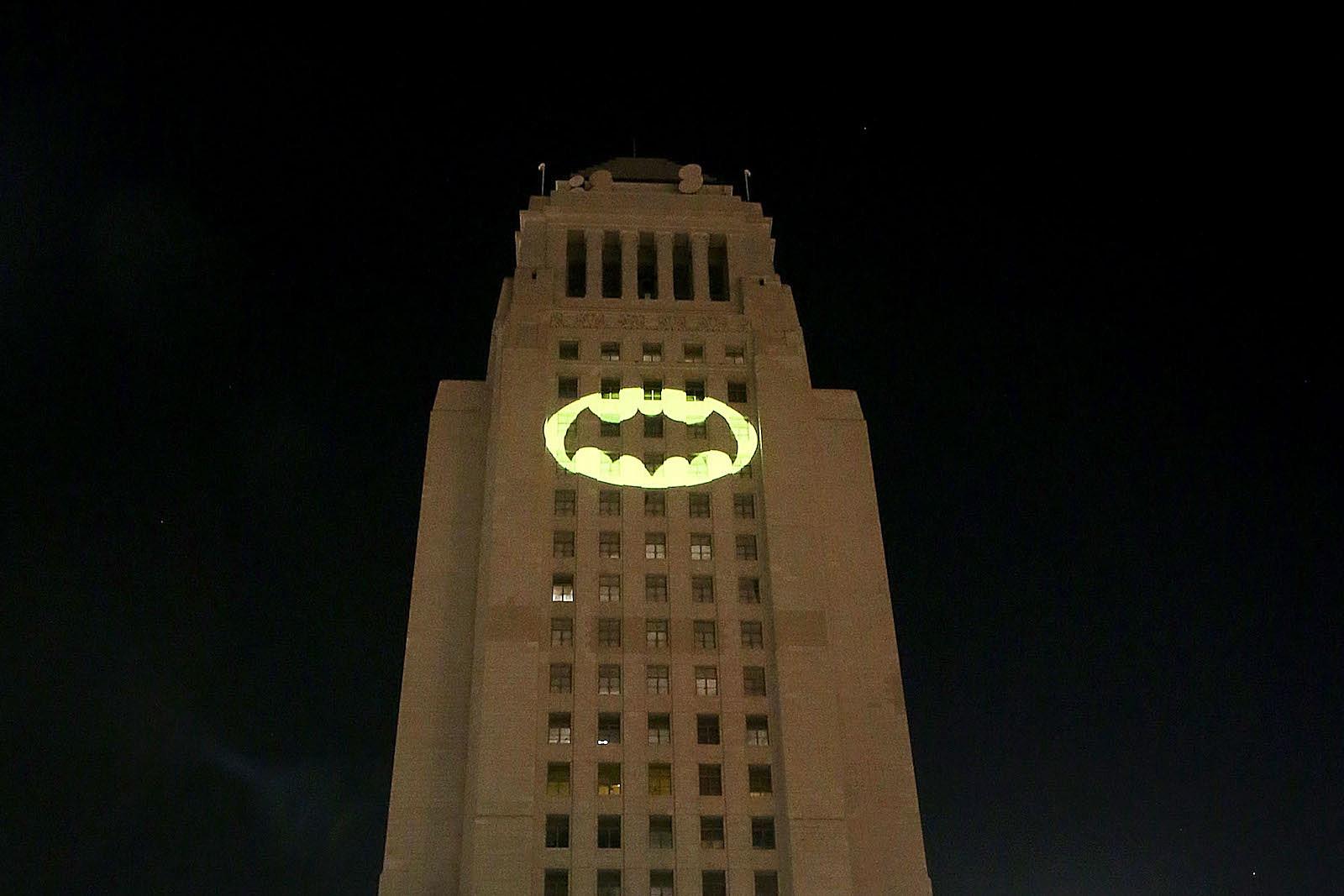 Batlight Shines On Line For Dark Knight >> Watch The Bat Signal Light Up Los Angeles For Adam West