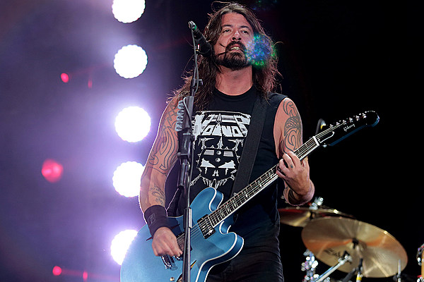 watch the foo fighters improvise song from crowd 39 s chants. Black Bedroom Furniture Sets. Home Design Ideas
