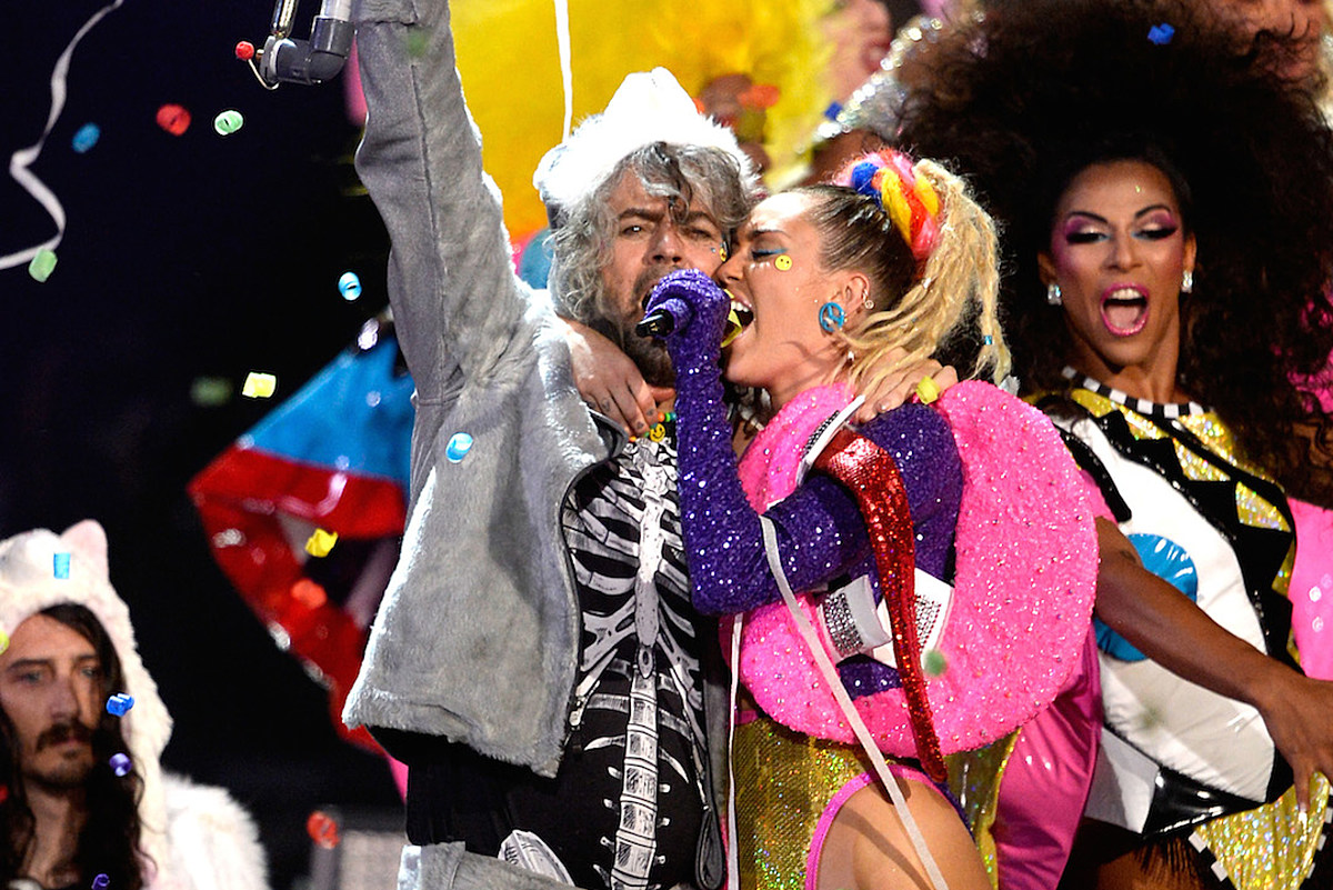 Miley Cyrus Plans A Nude Concert With Flaming Lips