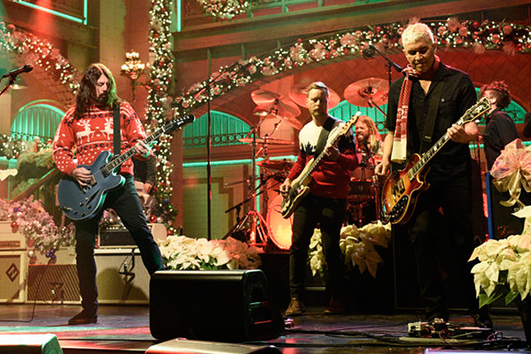 Foo Fighters Snl Christmas.Watch Foo Fighters Christmas Medley On Snl